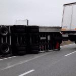 Camion si ribalta sulla statale di Manzano: traffico in tilt