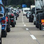 Principio di incendio su un camion in autostrada, traffico rallentato e code