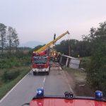 Incidente a Flaibano, un camion esce di strada e si ribalta