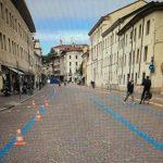 Il pasticcio di via Aquileia a Udine: strisce blu sul porfido nuovo di zecca