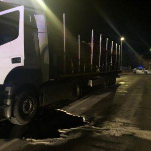 Lite nell'area di servizio di Gonars, camionista accoltellato: è grave