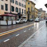 Cade col motorino in centro a Udine, 56enne in ospedale