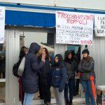 Le lacrime e l'incredulità dei dipendenti Safilo al presidio di Martignacco