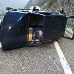 Perde il controllo dell'auto e va a sbattere contro un muretto a Chiusaforte: due anziani feriti