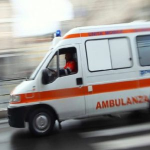 Auto travolge un pedone in piazza a Cividale, trasportato in ospedale