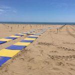 Sulle spiagge del Friuli arrivano i primi amanti della tintarella. Inaugurata la stagione a Grado e Lignano fissa le regole per l'estate