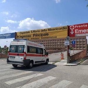 Finisce con la moto contro un'auto a Paluzza, si procura traumi: centauro in ospedale