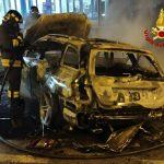 In giro a Lignano, la loro auto prende fuoco: riescono a scappare e a dare l'allarme