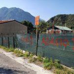 In quella strada a Gemona corrono troppo, una famiglia riempie il giardino di cartelli di protesta