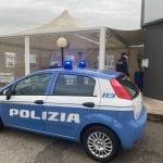 Mascherine abbassate e bestemmie contro la polizia in un bar di Pordenone