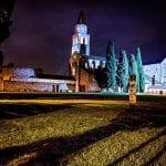 Il misterioso monolite in acciaio spunta davanti alla Basilica di Aquileia