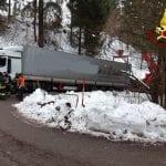 Camion incastrato in una curva a Tarvisio, arriva l'autogru