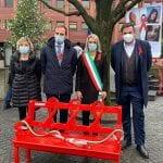 Una panchina rossa ricorda Nadia Orlando a Magnano, l'ha dipinta papà Andrea