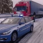 Con le contrazioni bloccata in mezzo alla neve, panico in autostrada