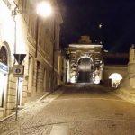 Corre nudo sulla salita del Castello di Udine con quasi zero gradi
