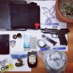 Ha una pianta allucinogena e materiale delle forze di polizia a casa: denunciato