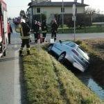Perde il controllo dell'auto e finisce nel canale accanto alla regionale di Latisana