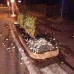 Ubriaco finisce contro l'aiuola in corso a Lignano e buca gli pneumatici