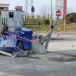 Con la ruspa buttano giù le colonnine del distributore di benzina di Pradamano