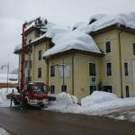 I tetti della Carnia liberati dalla neve, ma i vigili del fuoco restano all'opera