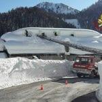 Troppa neve e il tetto di un hotel a Pesariis rischia di crollare
