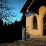 Un fantasma sulla facciata della chiesa di Pontebba, la foto accende la discussione