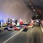 Un 19enne morto e un ferito gravissimo dopo lo scontro in galleria tra moto e auto: la tragedia tra Braulins e Bordano