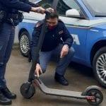Se ne va in giro per Udine sul monopattino rubato, nei guai assieme al complice