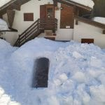 """A Collina il rifugio Tolazzi è """"sommerso"""", si entra solo da un... tunnel nella neve"""