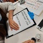 L'antica arte calligrafica rivive sui banchi di scuola a San Daniele