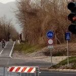 Rubato il semaforo per i pedoni sulla ciclabile, l'atto vandalico ad Artegna
