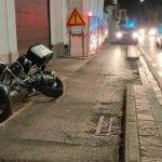 Sbatte con la moto contro il guard rail e viene sbalzato a terra, grave 40enne a Udine