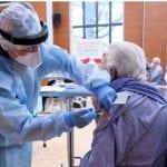 La gioia dei primi anziani vaccinati in Fvg, già superate le 50mila prenotazioni