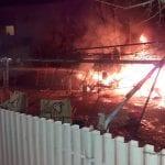 Roulotte prende fuoco nel giardino di una casa, allarme a Udine