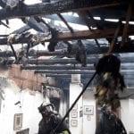 L'incendio parte dalla canna fumaria e devasta il tetto di una casa a Paluzza