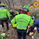 Brutta caduta per un ciclista in Friuli, i soccorritori lo raggiungono tra i boschi