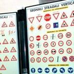 Va a fare l'esame della patente in Friuli al posto di un amico, entrambi nei guai