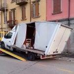 Incastrato nel sottopasso di viale Palmanova a Udine, gravi danni a un furgone