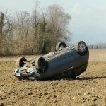 Scontro tra due auto a Mereto di Tomba, una finisce ruote all'aria in un campo
