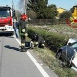 Perde il controllo dell'auto e finisce nel fossato, l'incidente a Latisana