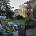 Coppia di amici finisce con l'auto contro il muretto di un condominio a Udine