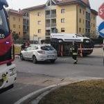 Scontro da film tra 3 veicoli a Udine, il furgone resta con le ruote sospese sul lato