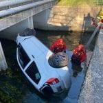 Perde il controllo dell'auto  e finisce in un canale a Monfalcone, ferito 19enne