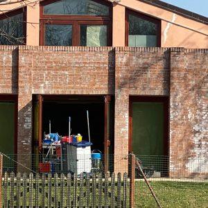 Raid vandalico alla scuola elementare di Ronchi, denunciati 6 ragazzini