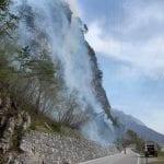 Il monte Amariana continua a bruciare, elicotteri e canadair ancora in azione