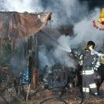 Un incendio distrugge una tettoia a Premariacco, messi in salvo i cani