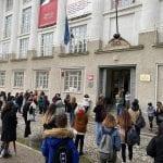 Ritorno in classe per gli studenti delle superiori, tensione all'esterno del Sello
