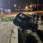 Al volante in stato confusionale, cade con l'auto sui binari a Gorizia