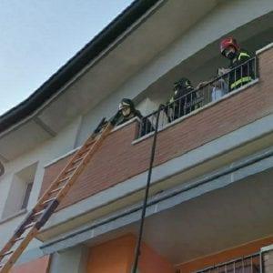Prendono fuoco i bidoni dei rifiuti, incendio in un appartamento di Codroipo