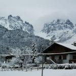 Altro che primavera, la montagne del Friuli si svegliano imbiancate dalla neve